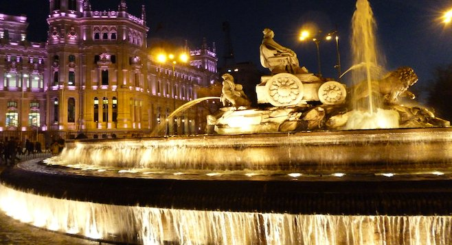 Fuente de las Cibeles in Madrid's city center, aglow at night.