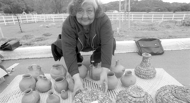 Gloria Castañeda. When her relative Petra started making baskets, sumac was the weft, and the bundle was made of deer grass, but the overgrazing of the late 1800s took away the deer grass.