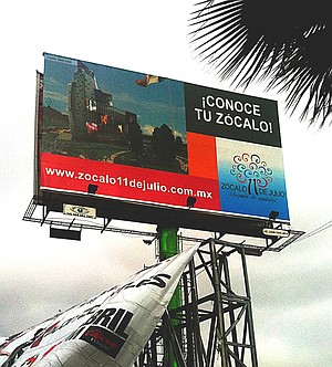 """Zócalo billboard: Urges citizens to """"get to know"""" the plaza project"""