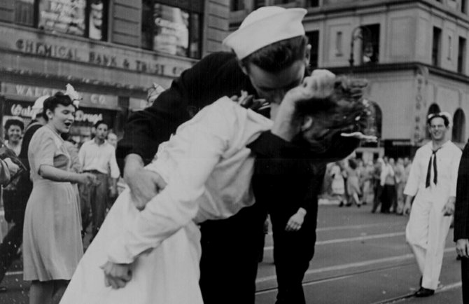 Alfred Eisenstaedt photo (taken on V-J Day in Times Square), on which J. Seward Johnson's 25-foot-tall statue is based