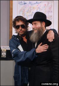 Robert Allen Zimmerman with Chabad gancer macher Rabbi Baruch Shlomo Cunin.