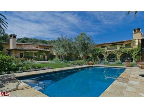 Gores estate swimming pool. Via Trulia.