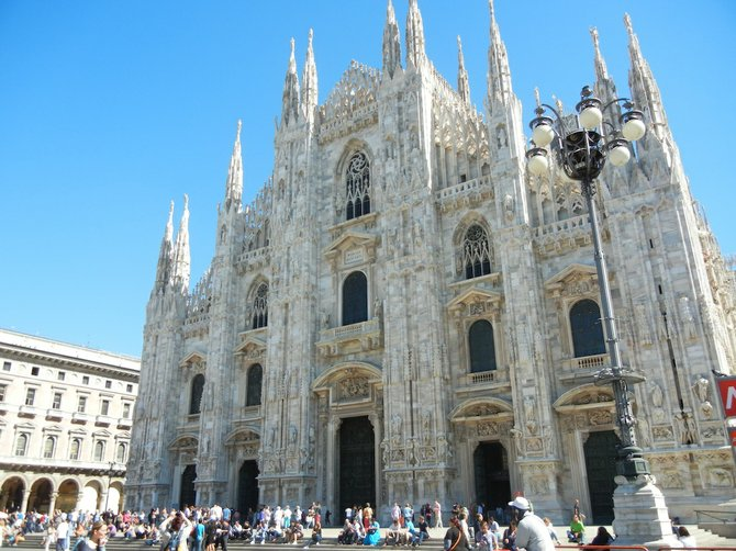 The impressive baroque Duomo di Milano cathedral.