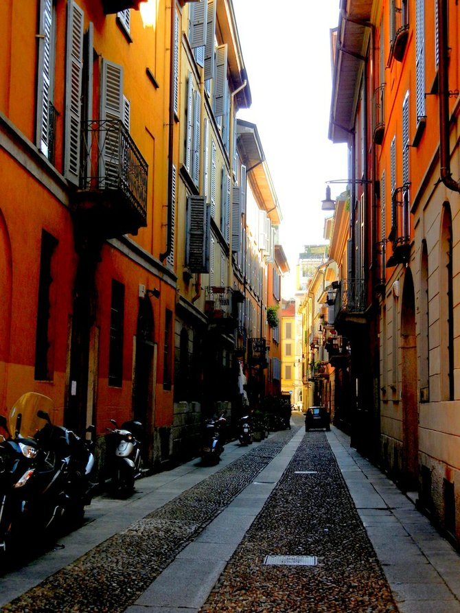 Typical Milan alley (note your standard row of Vespas).
