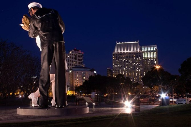 The kissing statue is back