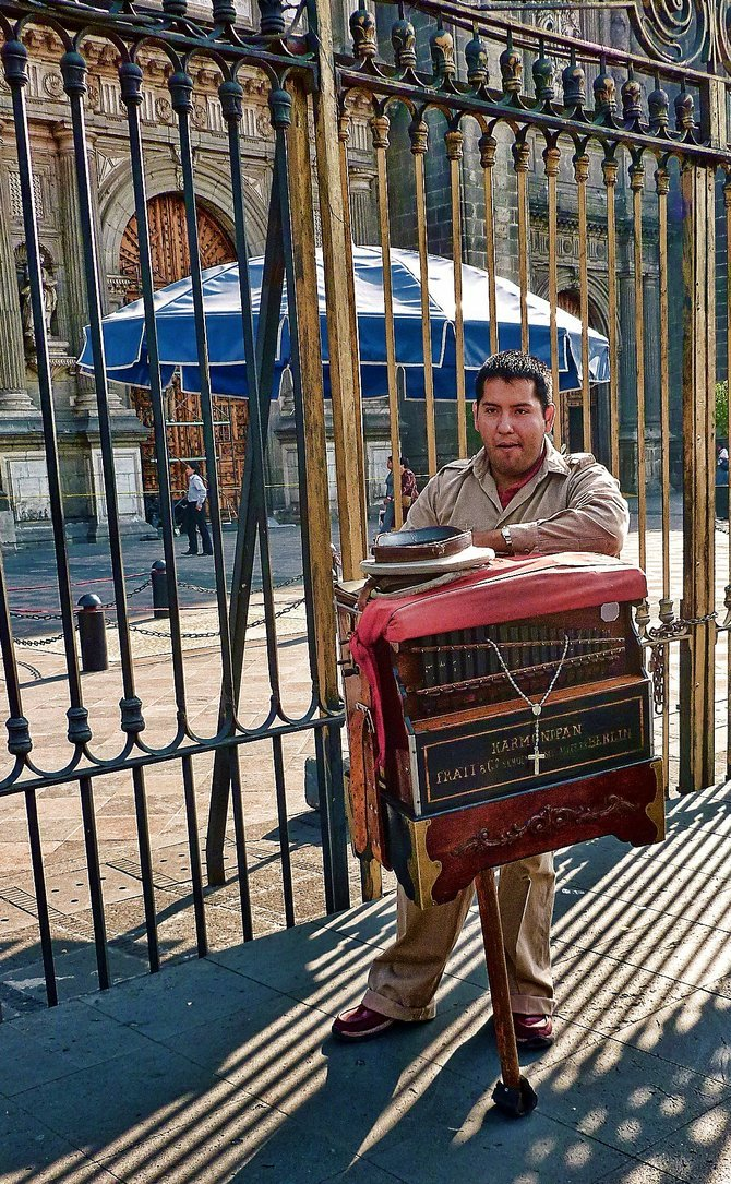 Organ grinder in front of Mexico City's Cathedral / Organillero frente a Catedral de Ciudad de Mexico.