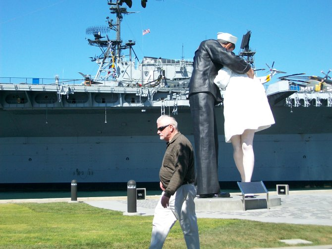 This guy is not impressed with the romantic Kiss statue along the Embarcadero.