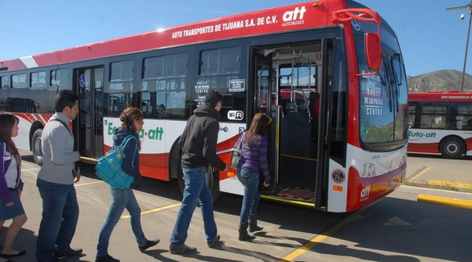 Tijuana students board an Ecoruta bus bound for Valle de las Palmas (image from skyscrapercity.com)