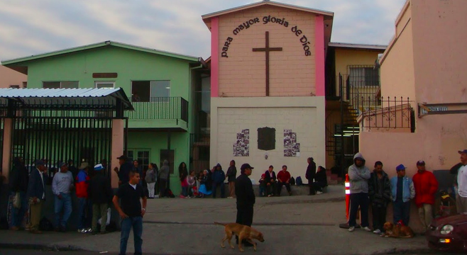 Tijuana residents wait outside Casa de los Pobres (Image by Susie Walter, from susiesmundo.blogspot.com)