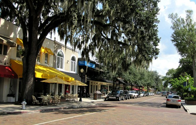 Pretty street in downtown Winter Park, Florida