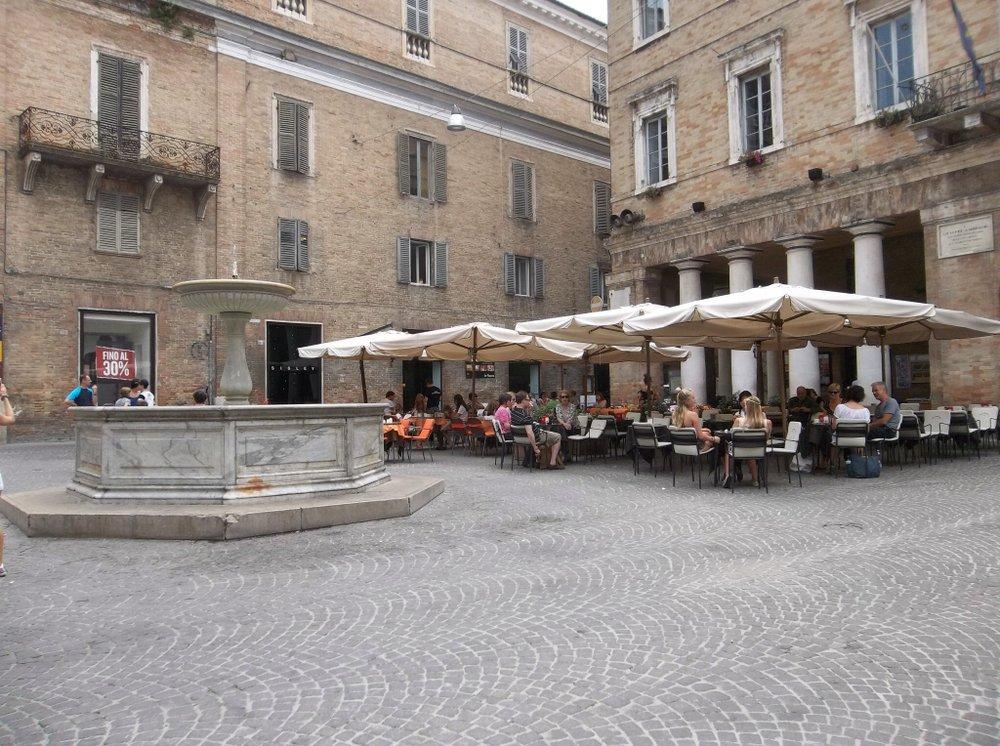 Urbino piazza café.