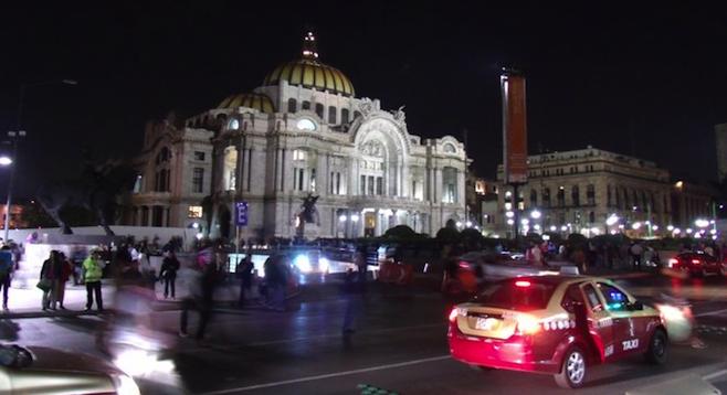 El D.F.'s Palacio de Bellas Artes at night.