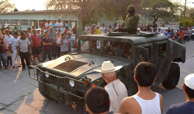 Villagers welcome the arrival of Mexican federal troops in Michoacán, in May 2013 (image from sathiyam.tv)