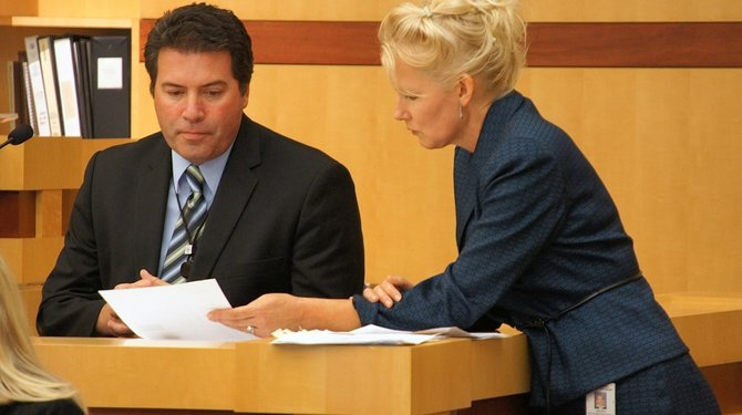 Carlsbad PD detective Scott Stallman and prosecutor Anna Winn in court. Photo Eva.
