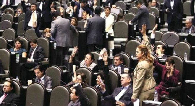 Mexico's senate votes on tax hike on October 30. (Frontera photo)