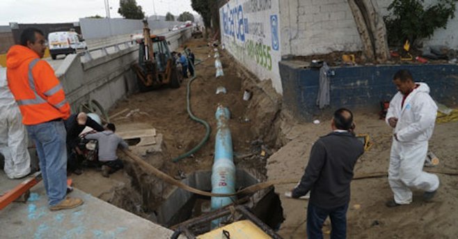 Tijuana water agency workers on Avenida Internacional project