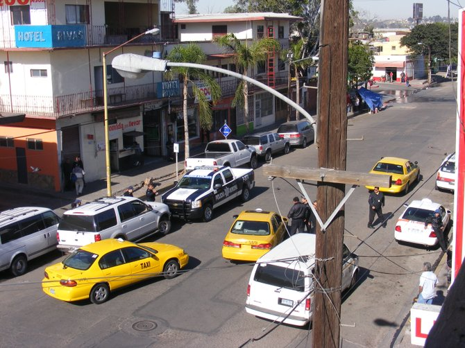 Taxis aid police blocking in suspect