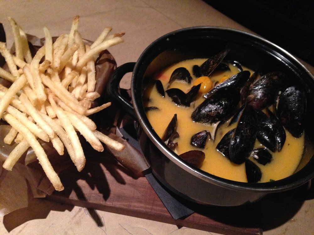 Tomato garlic mussels with fries