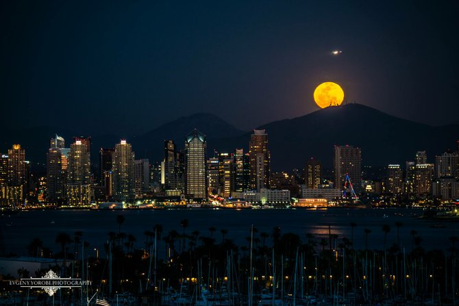 The moon was unbelievable this past weekend, check out this view of Downtown San Diego by Evgeny Yorobe.
