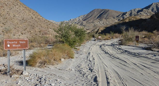 Entrance to Quartz Vein Wash, just east of Narrows Earth Trail.