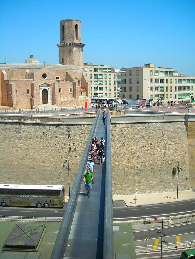 A footbridge connects Marseilles' J4 pier with 17th-century Fort Saint-Jean and MuCEM.
