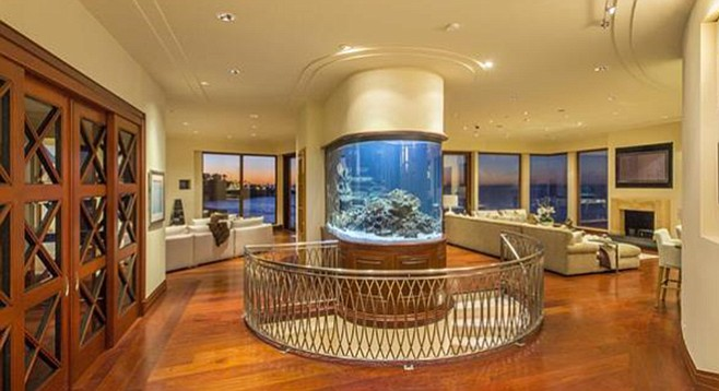 It was deemed that a semicircular aquarium would fit best in the circular stairwell.
