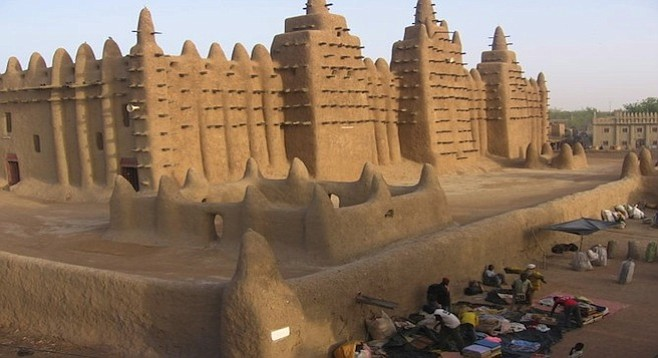 Merchants set up shop in front of the Djenné mosque.