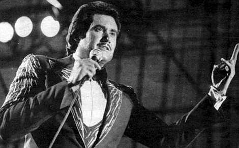 Shortly after the San Diego court hearing, Wayne Newton flies to North Dakota to perform. He takes a jet to Honolulu several months later in order to apologize personally to Margaret Keane