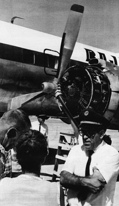 Muñoz chats with passengers at Bahía de los Angeles. Muñoz moved his family to Imperial Beach in 1955  and began flying over Baja.