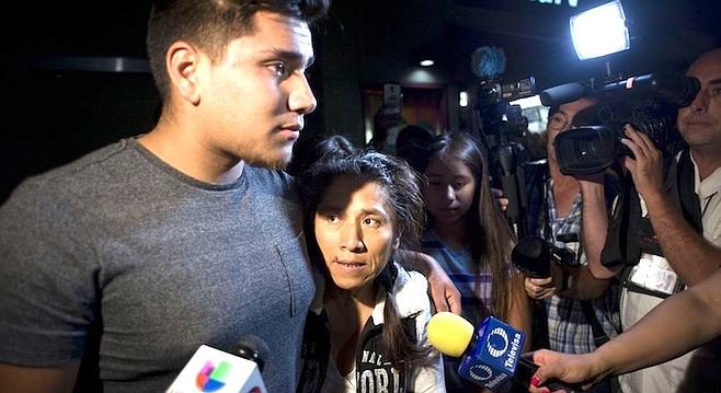 Rosenda Perez with oldest son (photo from Al Dia)