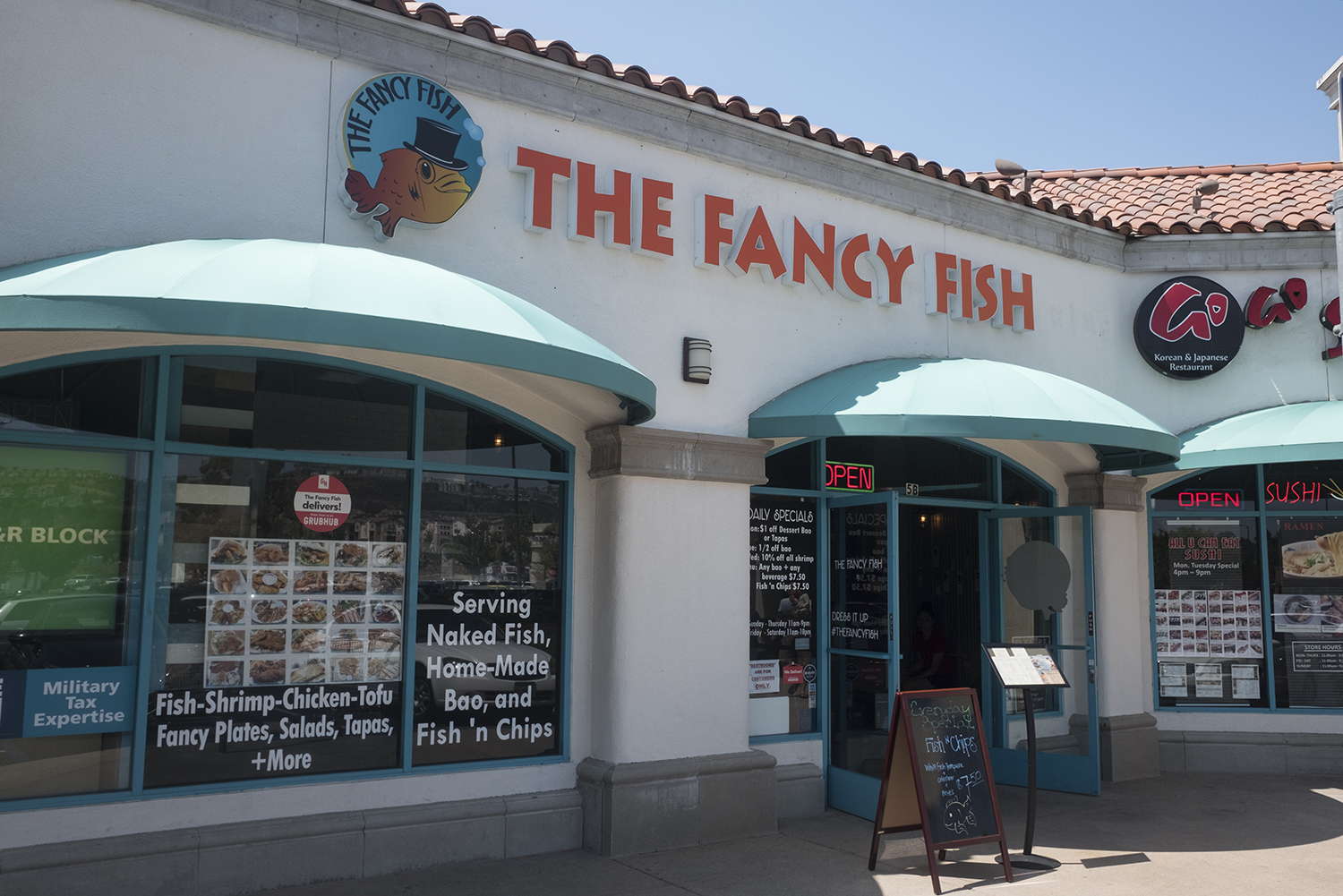 Casual seafood spot in the elbow of a Mira Mesa shopping center.