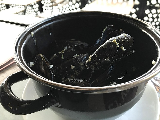 Mussels in a black pot, served sans fries or bread