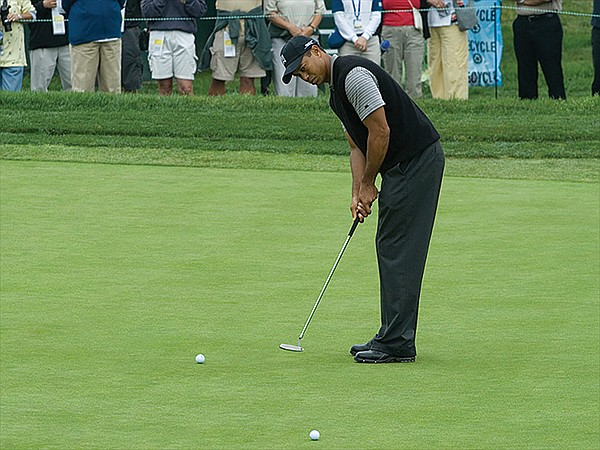 Tiger Woods putting at Torrey Pines Golf Course in 2008