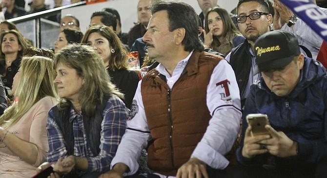 """Mayor """"Patas"""" at baseball game with Daian"""