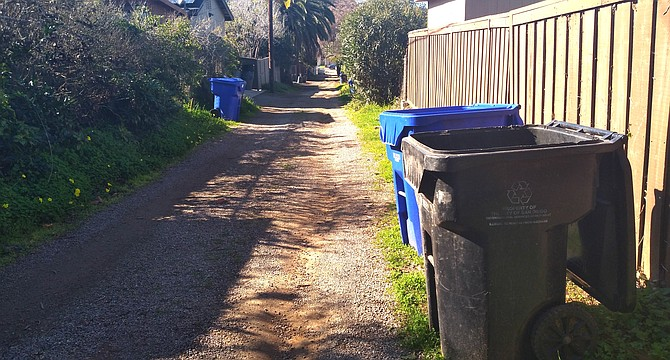 The unpaved alley