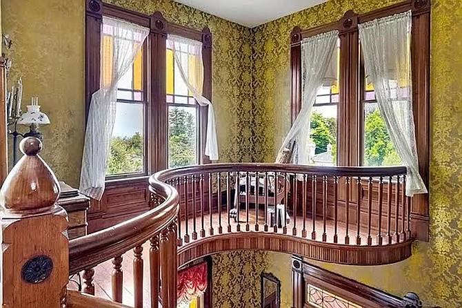 The window-rich widow walk wends its winding way.