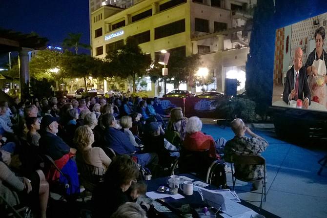 Vieni a goderti un film sotto le stelle all'annuale Little Italy Summer Film Festival ogni sabato sera d'estate.
