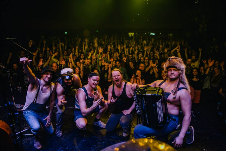 Steve 'n' Seagulls perform the Maiden classic live